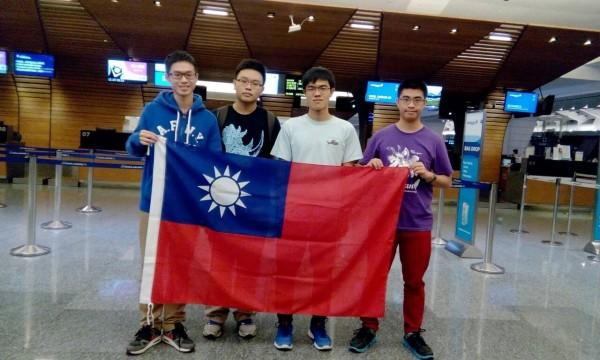 今年代表台灣出征生物奧林匹亞競賽的高中小將,由左至右為林柏翰、李柏陞、吳孟忻、洪學宇。(教育部提供)
