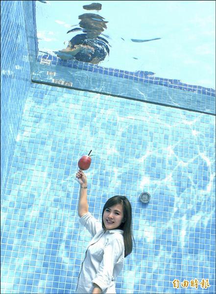 駁二「泳池天台」運用視覺巧思,打造出今夏最熱門的拍照勝地。(記者黃佳琳攝)