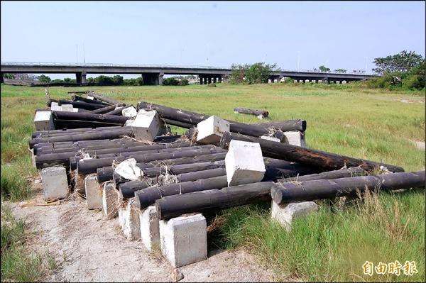前市府公共工程處施作的鹽水溪自行車道,才驗收完成就被大水沖毀。(資料照,記者蔡文居攝)
