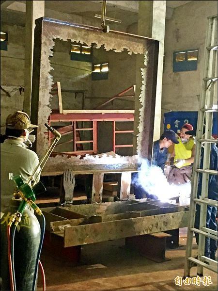 台藝大師生重造被無預警拆除及破壞的雕塑品。(記者廖淑玲攝)