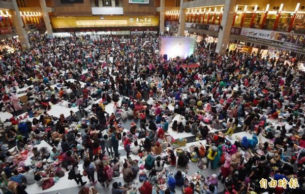 今是回教開齋節,台北車站湧入5萬外籍勞工,但非常有序,場面壯觀。(記者羅沛德攝)