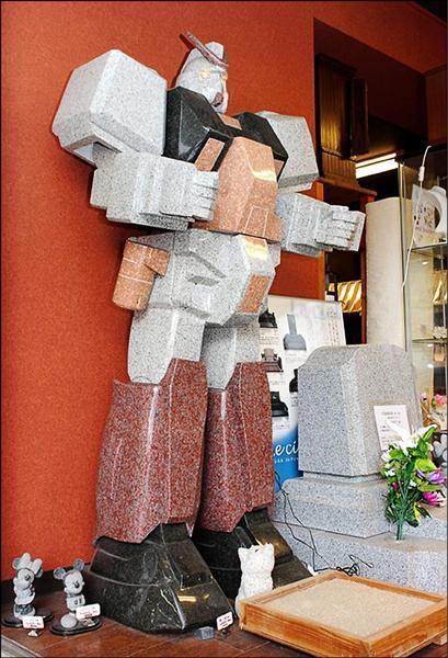 日本神戶市一家墓碑石材行,以3色花崗岩打造出鋼彈雕像,未來還有意推出縮小版的墓碑。(取自網路)