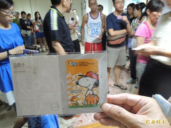 台南卡史努比限量開賣,永華中心市民服務中心開賣,吸引人潮排隊。(記者洪瑞琴攝)