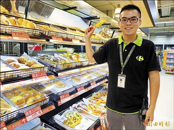 在大賣場為視障者悉心唸出麵包名稱的郭昱晨,是仍在聖約翰科技大學就讀的學生。(記者李雅雯攝)