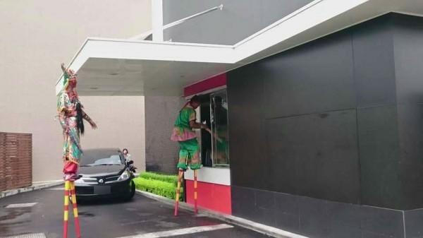 踩著高蹺站在櫃台前點餐,動作迅速且無失誤。(擷圖自網友Sada Peopo臉書)