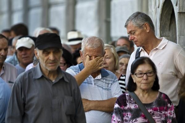 等著領錢的希臘民眾。(路透)