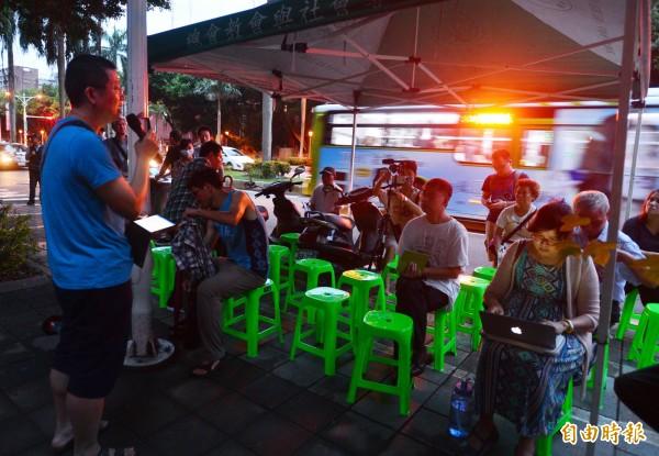 蘋果樹公民論壇今天(20日)晚間在教育部門口前舉行,清大副教授祝平次(左)開講,吸引許多民眾參加。(記者王藝菘攝)