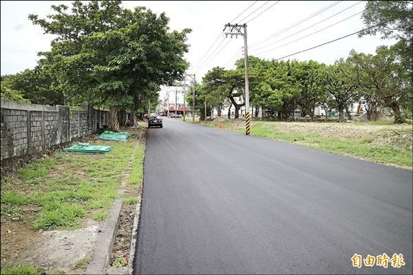 台灣肥料公司把花蓮市美崙地區的土地外圍牆打除,讓城市空間更寬廣,圖左則是還未敲除的圍牆。(記者王錦義攝)
