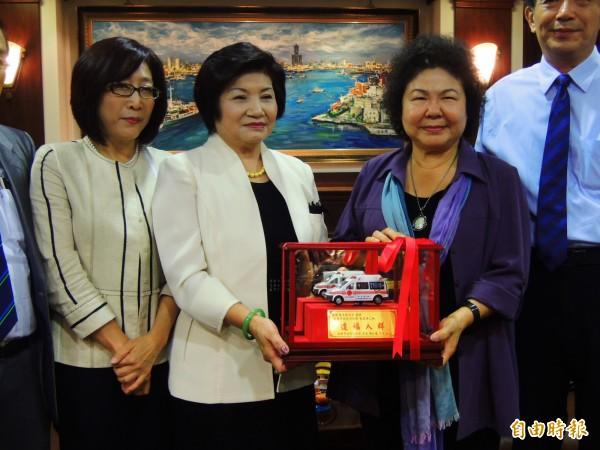 旅日女台商蔡美銀(左二)捐贈救護車給高雄市,由陳菊代表接受,圖左一為高雄市議長康裕成。(記者葛祐豪攝)