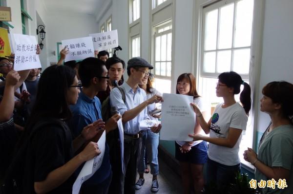 高教工會師大分部等抗議師生帶著陳情書,遞交給台師大行政人員,希望校方在七月底前,收回全面取消教學助理申請的公文。(記者吳柏軒攝)