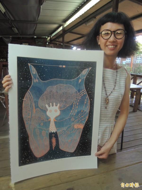 張郁雅的作品「凝望的呼喚」,表達出對阿嬤深深的思念。(記者林孟婷攝)