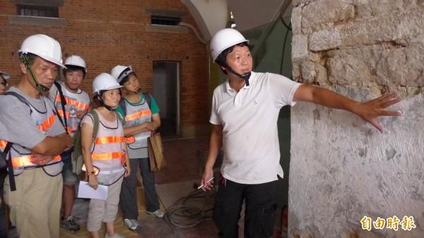 淡水古蹟博物館方邀請執行此次古蹟修繕工程的專業人員進行修繕工法導覽。工程品管主任趙得成(右)為學員們解說。(記者李雅雯攝)