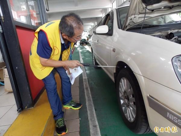 今年7月起,輪胎胎紋深度不足1.6mm,被攔檢到將被開罰3千到6千元。(記者俞肇福攝)