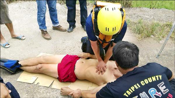救難人員緊急對許男實施CPR。(記者黃捷翻攝)