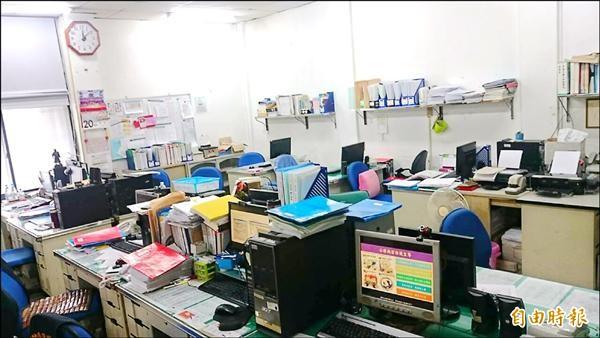 中埔分局偵查隊14人擠在僅10多坪的空間辦公。(記者余雪蘭攝)
