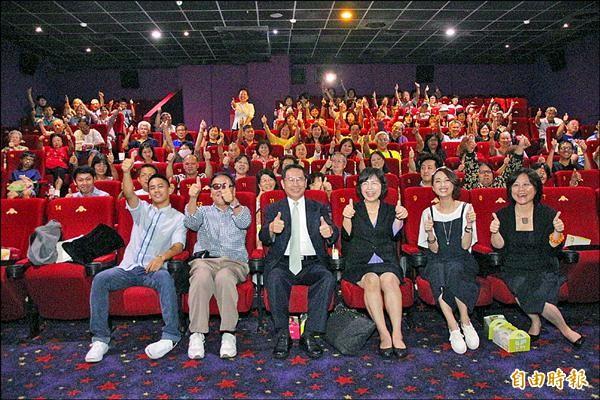《風中家族》昨舉辦嘉義場首映,嘉義縣、市政府包場邀請弱勢兒童、眷村長輩觀賞。(記者丁偉杰攝)