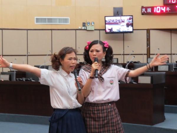 日前因潑水惹議的台南市議員林燕祝,今天進行市政總質詢時,更扮成小學生演出諷刺話劇,網友看過後表示「不舒服」。(記者蔡文居攝)