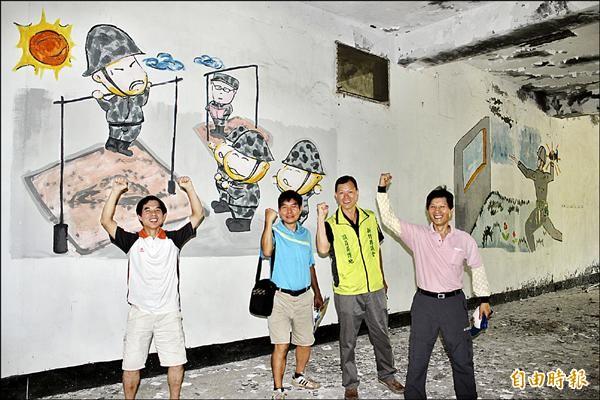 民進黨籍新竹縣議員吳傳地(右二)、新豐鄉松林村長何智達(左二)等四人,站在光星營區舊址可愛的大頭兵壁畫前,不相信這樣獨一無二的觀光資源,不會被看見。(記者黃美珠攝)