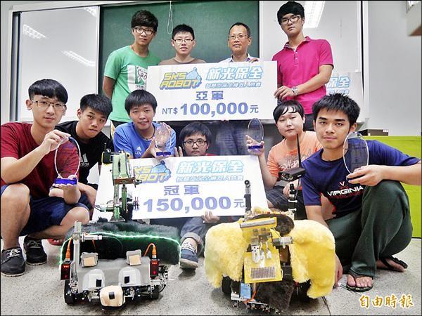 宜蘭大學生物機電工程學系由老師周立強及程安邦指導「忠犬小八」與「鴨霸王」兩台機器人隊伍,抱回四座獎盃。(記者簡惠茹攝)