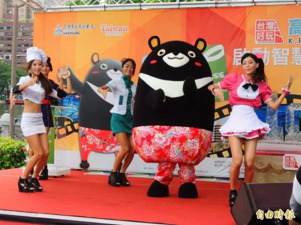 「高屏澎好玩卡」開賣首週銷售破萬張,在愛河畔舉辦慶功活動。(記者葛祐豪攝)