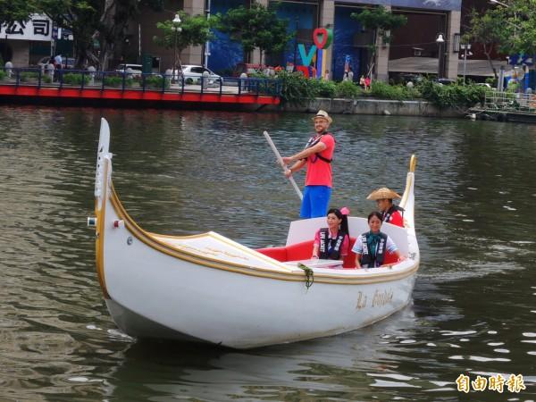 電視節目主持人吳鳳(站立者)擔任好玩大使,乘著愛河貢多拉船現身會場。(記者葛祐豪攝)
