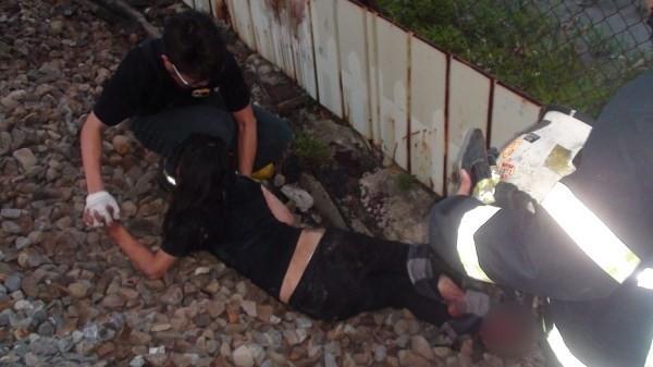李姓女子不明原因闖進鐵軌,被壓斷右腳掌(消防局提供)