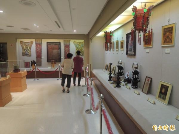 朝元宮媽祖文物史料展,展出多件媽祖文物。(記者張軒哲攝)