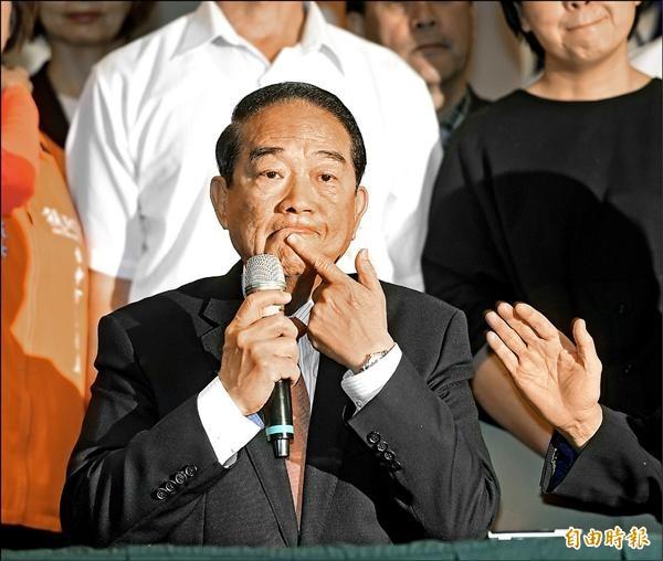 親民黨昨日舉行幹部會議,主席宋楚瑜在會後記者會哽咽表示,本月底是陳萬水逝世三週年,因此八月初才會決定是否參選總統。(記者方賓照攝)
