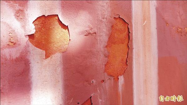紅毛城待修繕的外牆,外層防水漆在風吹日晒雨淋情況下,和當年初修繕完成的樣貌已有很大的不同。(記者李雅雯攝)