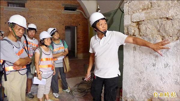 淡水古蹟博物館方邀請執行此次古蹟修繕工程的專業人員進行修繕工法導覽。圖右為工程品管主任趙得成,為學員們解說。(記者李雅雯攝)