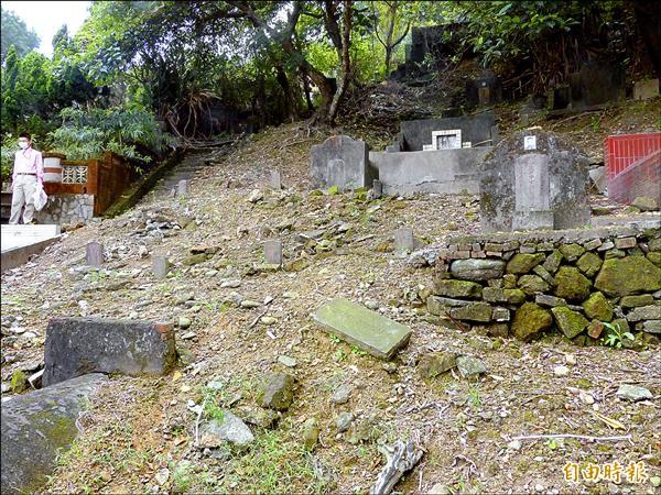 台北市六張犁山區的「戒嚴時期政治受難者墓區」因長期缺乏管理,水土流失嚴重。(記者蕭婷方攝)