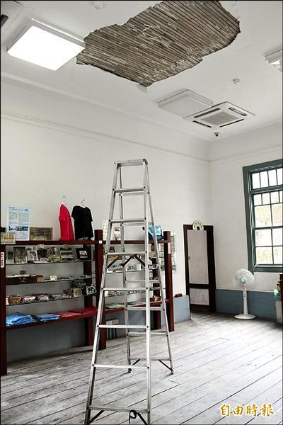 高雄旗山舊火車站天花板損壞,短期還無法修復。(記者陳祐誠攝)