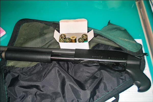 李嫌車上被搜出1把電影魔鬼終結者2、3中出現過的雷明登M870制式霰彈槍(Remington Model 870)及6發子彈。(記者邱芷柔翻攝)