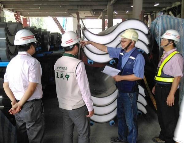 北藝中心運抵台灣的第一批S型玻璃有324片破損,未送回原廠重製。 (王威中辦公室提供)
