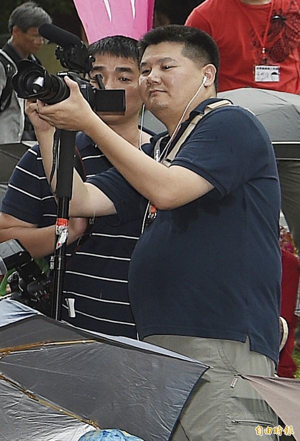 紀綠片導演李惠仁今晚現身包圍教育部行動現場,並拍攝紀錄片,他表示,他訪問了一些高中生,年輕人的勇敢讓他很感動。(記者陳志曲攝)