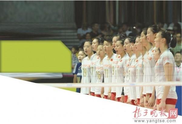 當《義勇軍進行曲》音樂響起,中國女排的14名選手就會自然地手拉手,一同面向國旗行注目禮,並哼唱國歌。(圖與自揚子晚報)