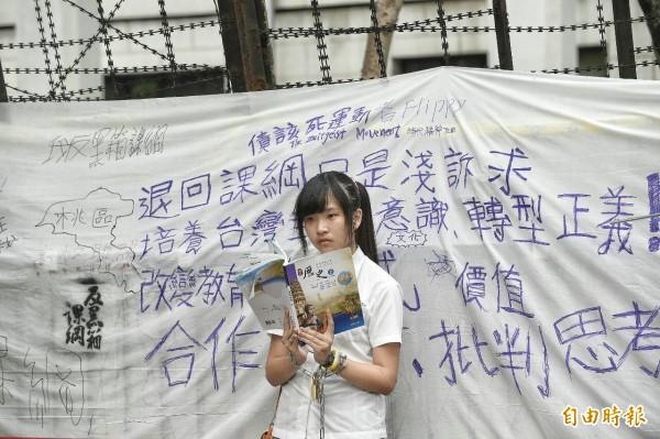 出席的學生與民眾在白布上寫出訴求。(記者陳志曲攝)