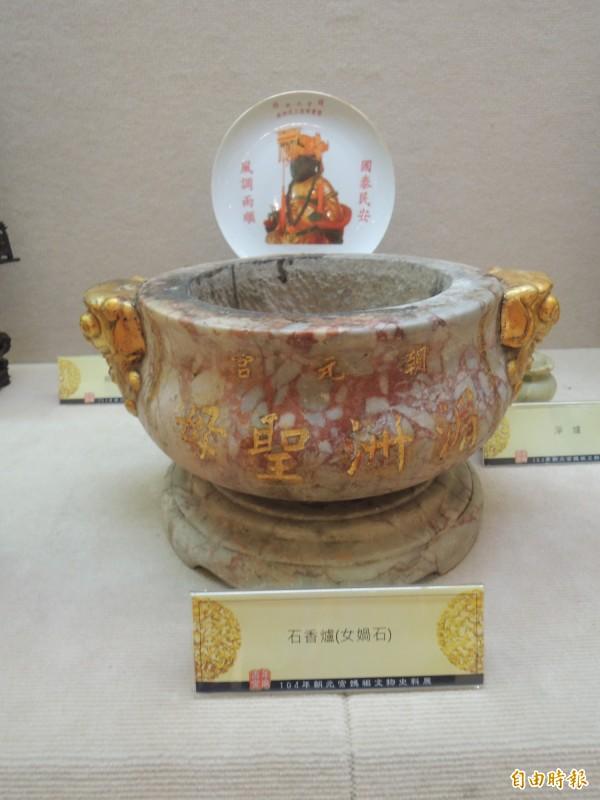 具有百餘年歷史石香爐,是朝元宮鎮廟之寶。(記者張軒哲攝)