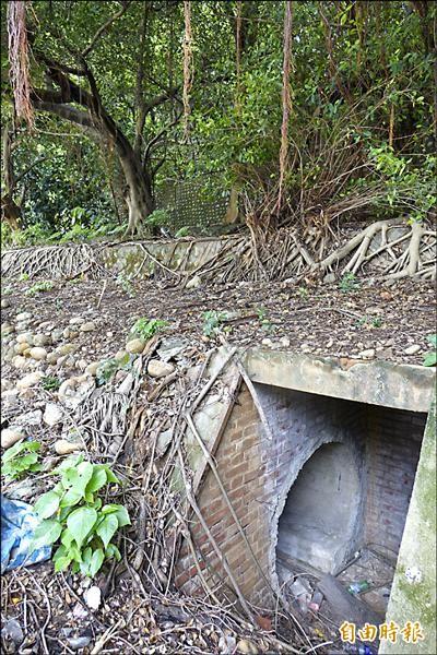 彰化高中校園內的防空洞保留完整,還可看到防空洞內有水泥椅(小圖箭頭處),讓人員躲入防空洞時可以坐著。(記者劉曉欣攝)