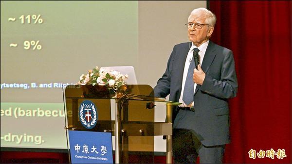 諾貝爾獎生理醫學獎得主楚爾‧豪森,建議國人少吃未熟牛肉與未消毒牛奶。(記者李容萍攝)