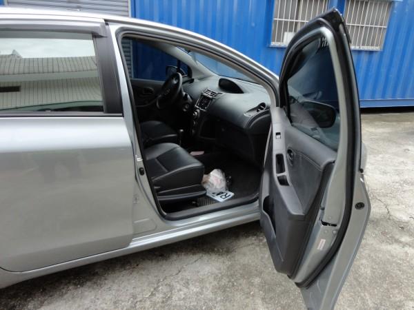 警方在程男駕車副駕駛座踏墊發現2面中國偽造車牌。(記者陳賢義翻攝)