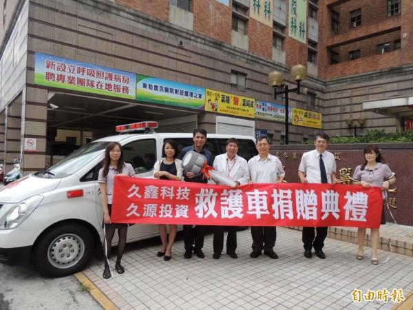 久鑫科技公司捐贈救護車給東勢區農會附設農民醫院。(記者歐素美攝)