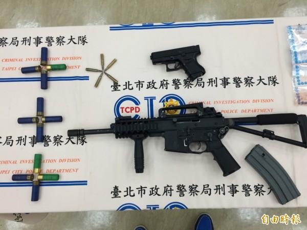 警方查獲械彈槍枝。(記者劉慶侯攝)