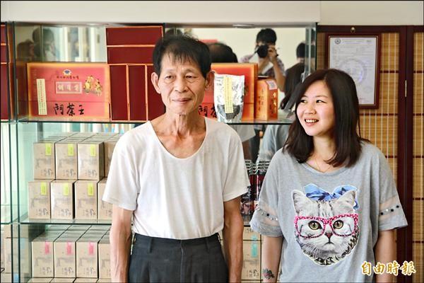 沉默內斂的苗栗東方美人茶茶王鄧國權(左),與女兒鄧羽妡(右)齊心做好茶。(記者鄭鴻達攝)