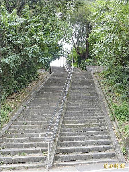 克難坡屬於私人土地,提供公眾通行達廿年以上。淡江大學在新學年開始時,會由師長率領大一新生爬上克難坡,以表彰校訓「樸實剛毅」的精神。(記者李雅雯攝)