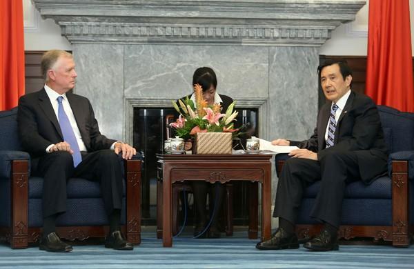 美國前副總統奎爾(左)、總統馬英九(右)。 (中央社資料照)