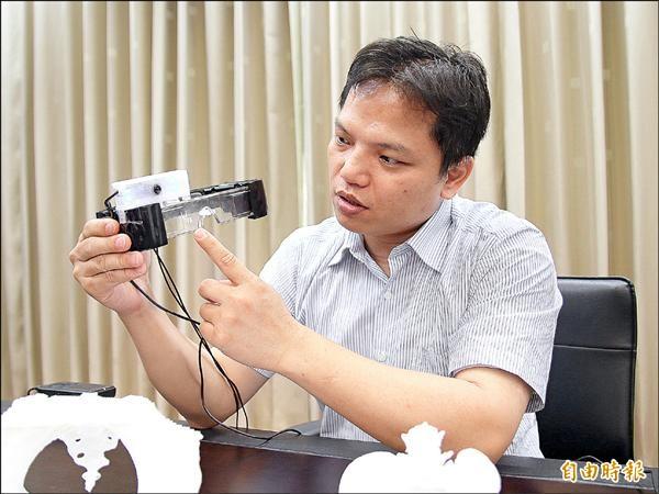 中正大學電機系兼任助理教授王民良研發出全球第一個結合X光影像的醫療用頭戴式眼鏡。(記者蔡宗勳攝)