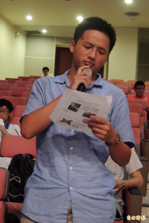 學生慕宇峰說明課綱微調的內容未展現台灣的主體性。(記者洪美秀攝)