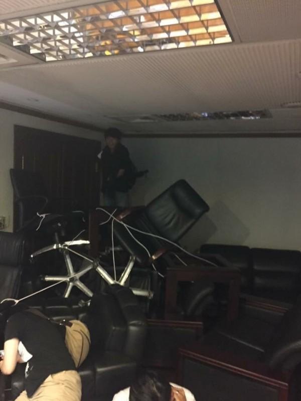 學生入教育部部長室後,將室內的椅子搬來堵住門口,但稍後仍被警方突破。(記者吳政峰翻攝)