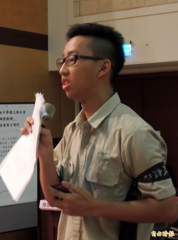學生黃晶則要求教育部撤回有爭議的課綱。(記者洪美秀攝)